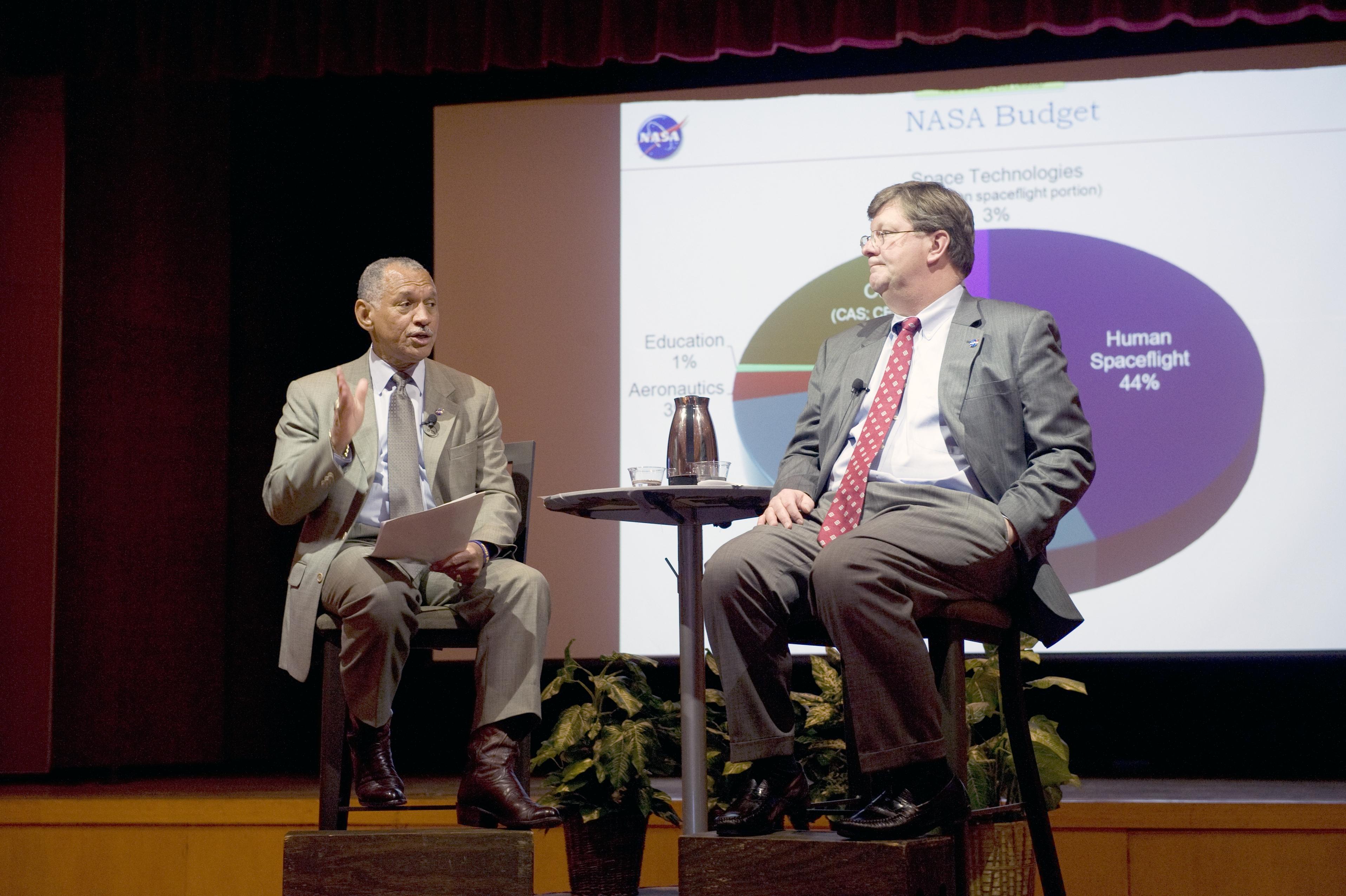 NASA ADMINISTRATOR CHARLES BOLDEN VISIT WITH GODDARD CENTER DIRECTOR ROBERT STRAIN AT ALL HANDS