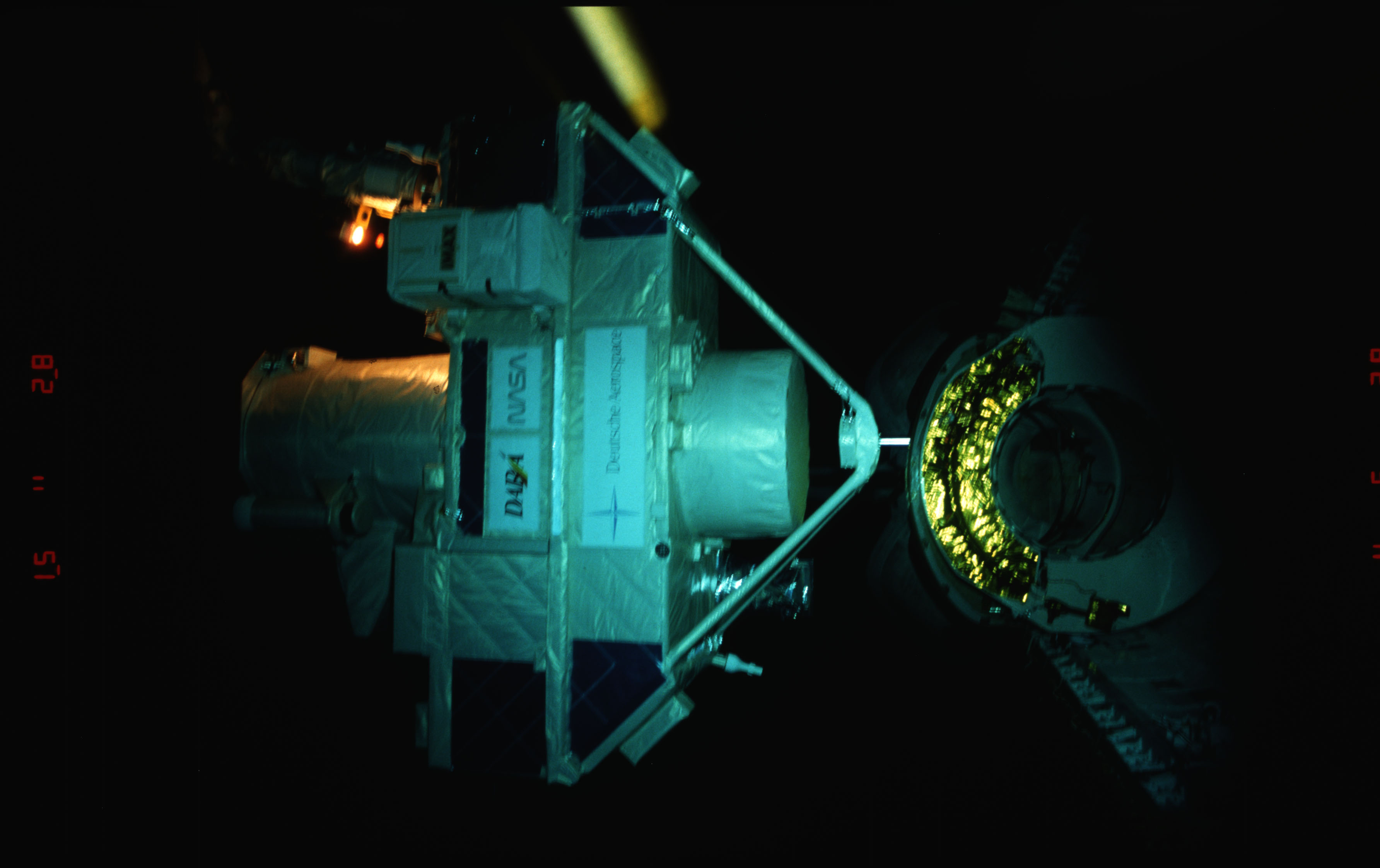 STS051-15-025 - STS-051 - OREFEUS-SPAS: ORFEUS-SPAS hovers over the payload bay on RMS