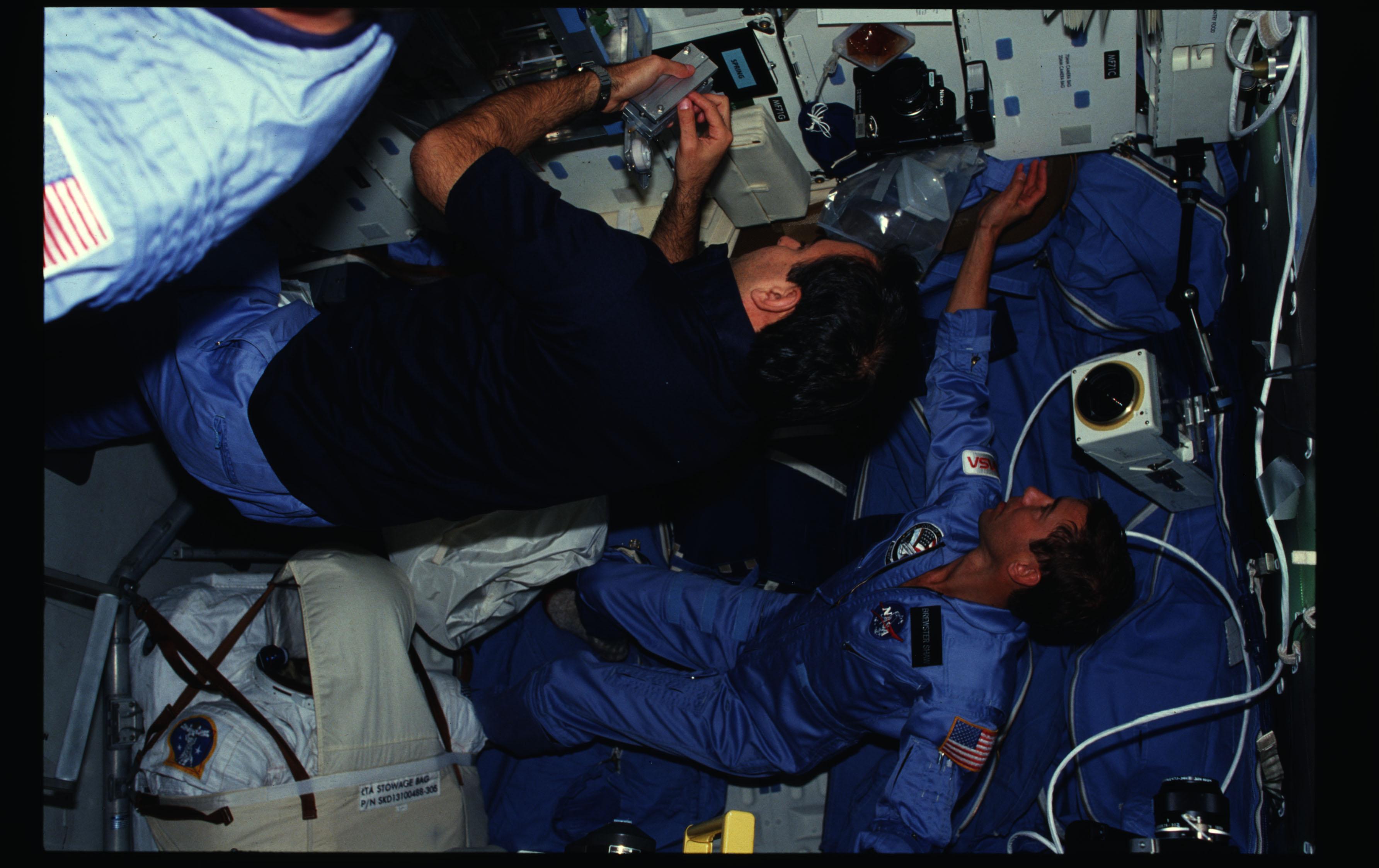 61B-02-018 - STS-61B - STS-61B crew activities