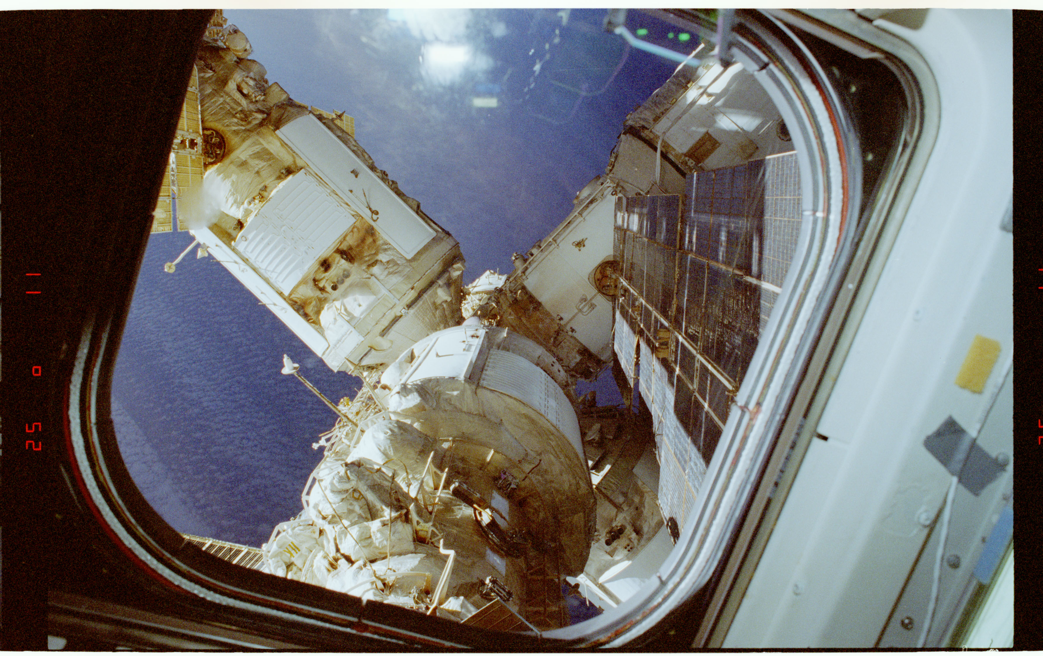 STS084-357-026 - STS-084 - View of the Mir Space Station during docked operations