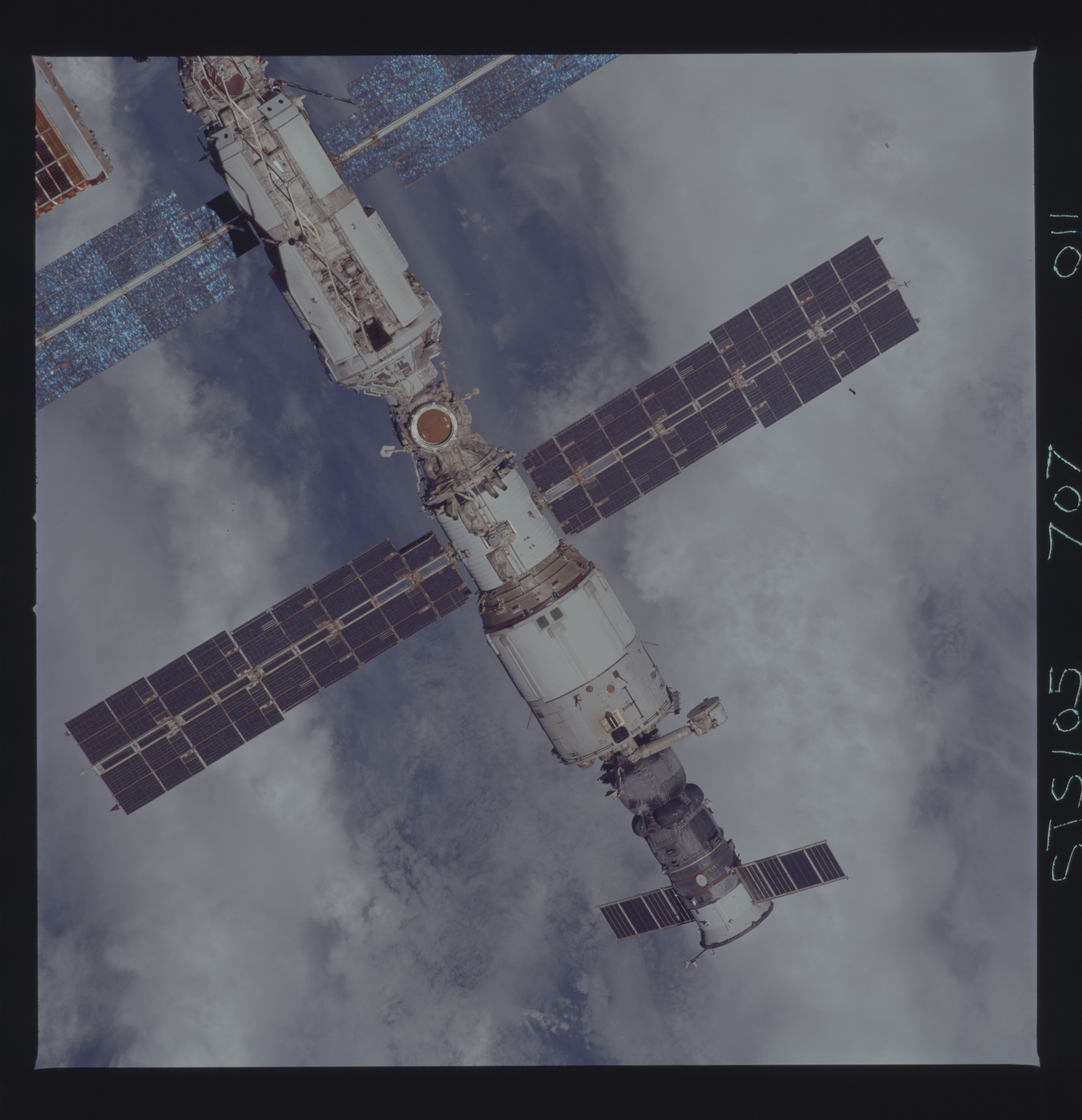 STS105-707-011 - STS-105