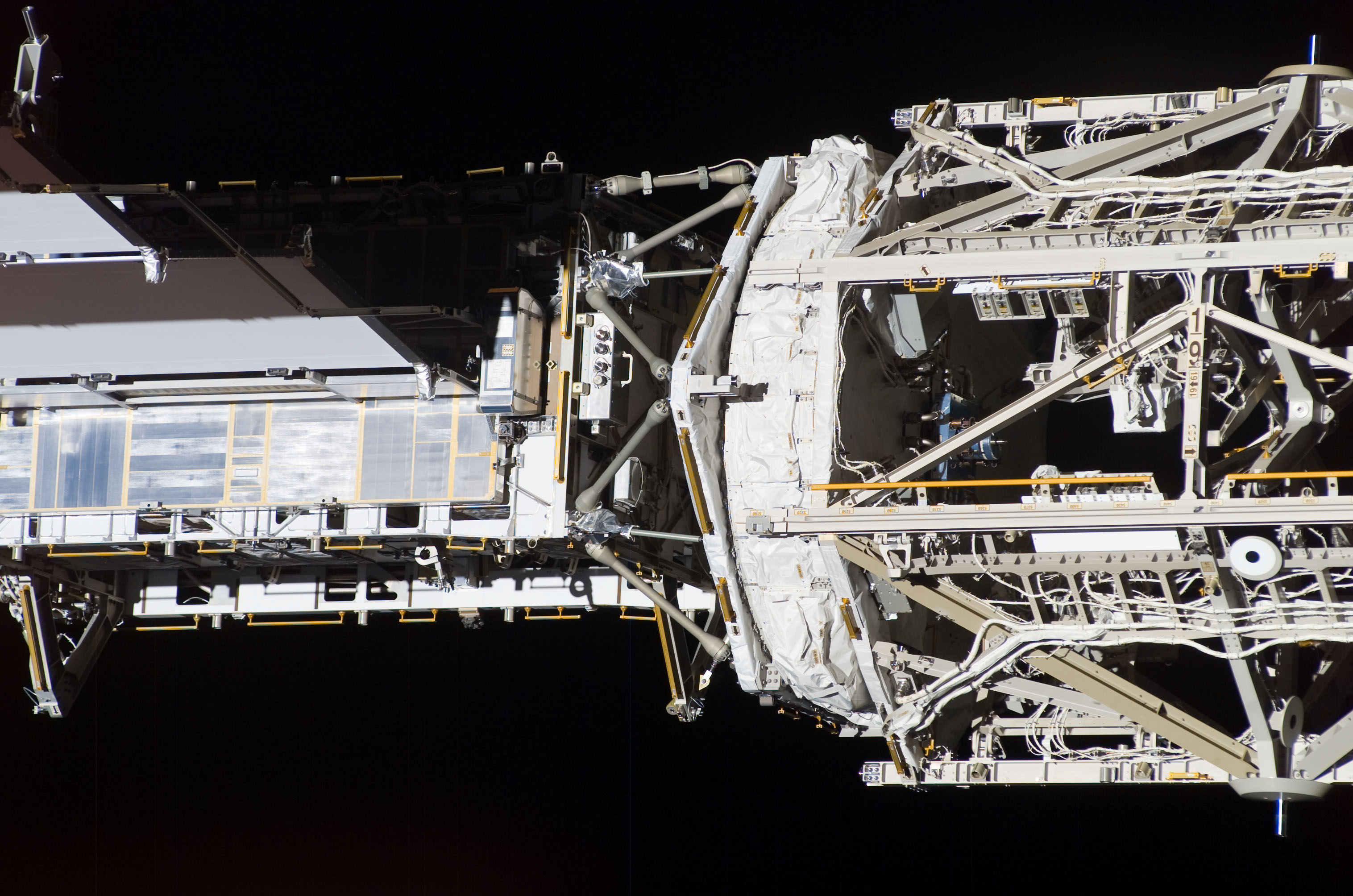 S118E10401 - STS-118 - Exterior view of the ISS taken during STS-118